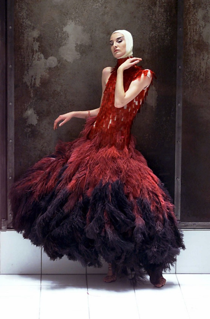 7._Dress_of_dyed_ostrich_feathers_and_hand-painted_microscopic_slides_Voss_SS_2001._Model_Erin_OConnor._Image_REX